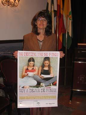 Myriam Amián mostrando el cartel de la camapaña contra el tabaco