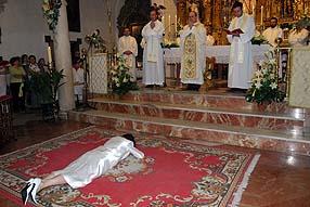 Balmisa permaneció postrada ante el altar durante casi todo el ritual de consagración