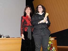 Cristina Rodríguez recogió del premio de manos de Teresa Bravo