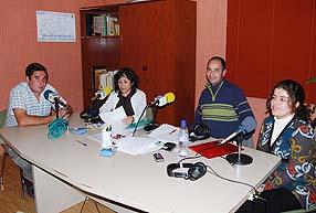 Los conductores del programa junto al invitado rumano Oliver Tetarca