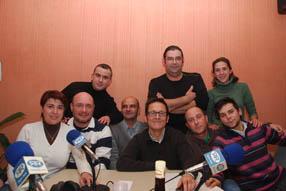 Miembros del equipo de Radio Rute durante la emisión del programa especial