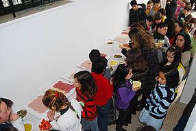 Los escolares han desayunado en el patio del colegio
