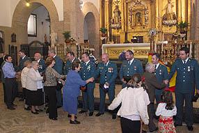 Al término de la función religiosa numerosas personas felicitaron a los agentes por su trabajo