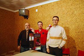 Dos directivos de la Junta Local junto Sebastián Leal promotor del  calendario solidario