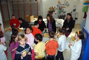 Los escolares han degustado un desayuno de pan  con aceite y tomate, embutidos y fruta
