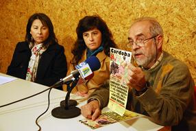 Benítez muestra el cartel  de lujo que se ha confeccionado para la corrida de toros