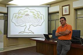 José Miguel Garrido cree  que en la actualidad el suelo del olivar se ha empobrecido