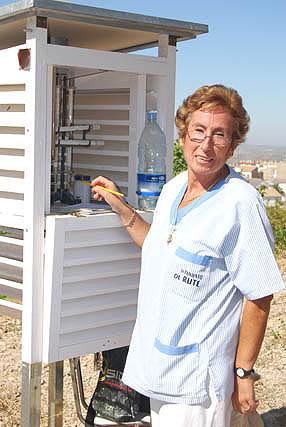 Victoria Marín en el observatorio donde toma los datos de las precipitaciones y las temperaturas