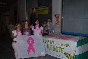 Además de la  iluminación en rosa de la fachada del Ayuntamiento, la Junta Local ha  habilitado una mesa informativa