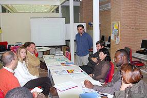 Pedro Feria (de pie), responsable de informativos de EMA-RTV, en las Jornadas de Comunicación e Inmigración celebradas en Rute en 2008