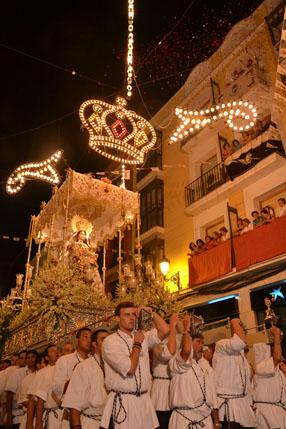 Numerosos devotos  lanzaron desde los balcones pétalos a la Virgen del Carmen en su recorrido  procesional