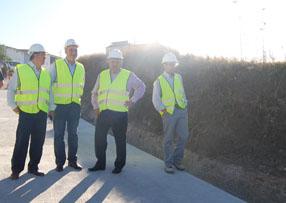 El delegado, el alcalde y el concejal de  Urbanismo visitando el camino de Fuente las Zarzas