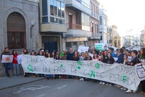 Los alumnos han pedido al alcalde ruteño que se sumase a la  manifestación