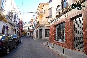 Contrastes propios de una jornada de huelga: la  mayoría de las empresas del polígono de La Salina han abierto, mientras que en  el centro, en una calle de referencia como la Del Pilar, muchos comercios han  permanecido cerrados