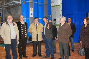 Tras escuchar las explicaciones del presidente de  la cooperativa, Francisco Zurera elogió la capacidad de renovación de los  olivareros