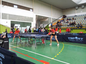Belén Henares (a la derecha) culminó su  brillante actuación alzándose con el oro en individual