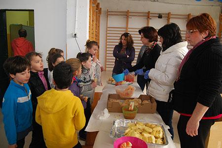 Los escolares han degustado un desayuno a base  de pan con aceite y tomate, acompañado de fruta
