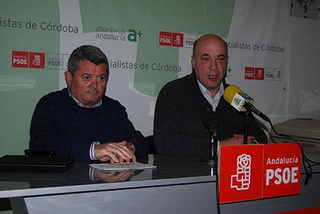 El parlamentario andaluz del PSOE, Jesús María Ruiz y Antonio Ruiz en la sede local del partido