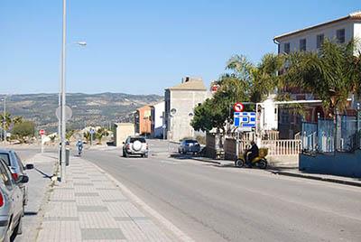 Se ha prohibido el giro a la izquierda para  entrar en Los Manzanos y se ha de tomar la glorieta para acceder con mayor  seguridad