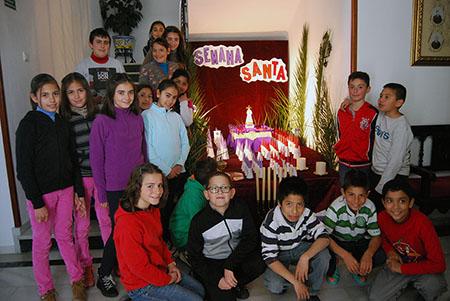 En las imágenes podemos ver a sor Rosa María Palomino en una  de las aulas y el trabajo realizado con motivo de la Semana Santa