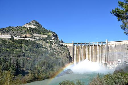 Muy  poco antes de que el embalse alcanzara el l00% de su capacidad, se optó por abrir uno de los  desagües del fondo de la presa