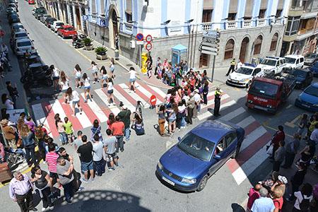 El flashmob organizado frente al Ayuntamiento  generó una notable expectación entre la gente que paseaba