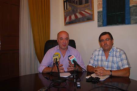 El alcalde, Antonio Ruiz y el concejal de Educación,  Antonio Ramírez durante su comparecencia pública
