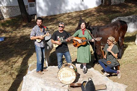 Lorena Álvarez (en el centro) tocó para los burros acompañada por Víctor Herrero, Pascual Rovira y Josephne Foster