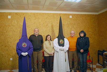 Los  nuevos penitentes posan junto a diferentes miembros de la actual Junta de  Gobierno