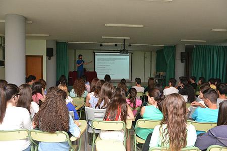 La charla del geólogo jienense confirmó el interés de los  jóvenes por los fósiles