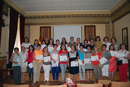 Las  mujeres recibieron un diploma por haber culminado el programa