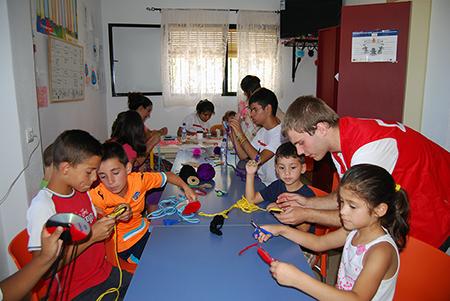 Los jóvenes voluntarios de Cruz Roja son los monitores  de las escuelas