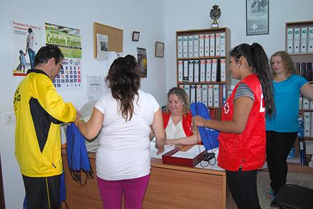 El reparto de material escolar se llevó a cabo   en la sede de Cruz Roja en Rute