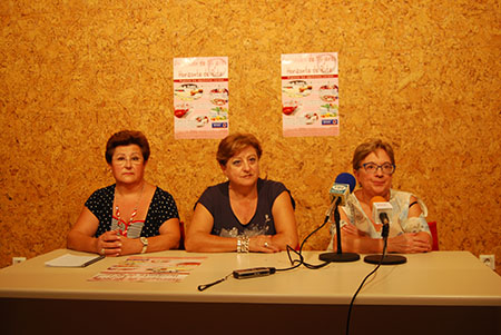 La presidenta de Horizonte en el centro con  dos de las monitoras de los cursos