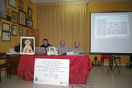Los miembros  de la cofradía de la Virgen de la Cabeza, junto a Manuel García, presentan los  resultados de la primera fase de la restauración del camarín