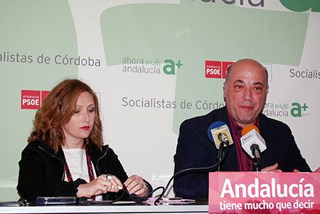 """Antonio Ruiz, en la sede socialista junto a la candidata número 6 por Córdoba, cree que David """"teme"""" que se pueda acabar la carretera"""
