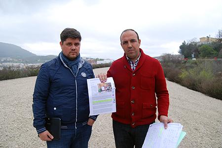 David Ruiz ha mostrado varios recortes de prensa donde los representantes socialistas anunciaban la terminación de la carretera