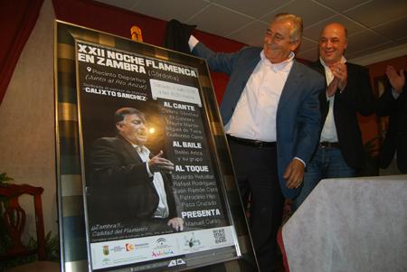 El cantaor protagonista, Calixto Sánchez, junto al alcalde, fueron los encargados de descubrir el cartel de la Noche Flamenca de este año