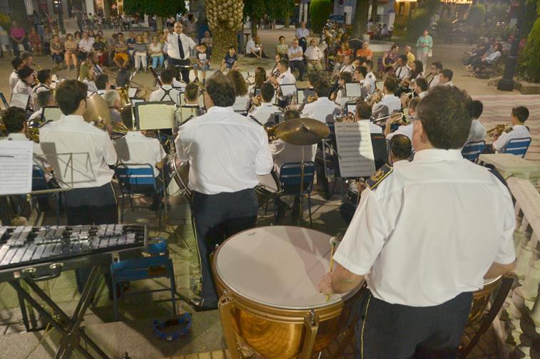 Los conciertos al aire libre facilitan que la gente se siente a escuchar música después de un paseo a última hora de la tarde
