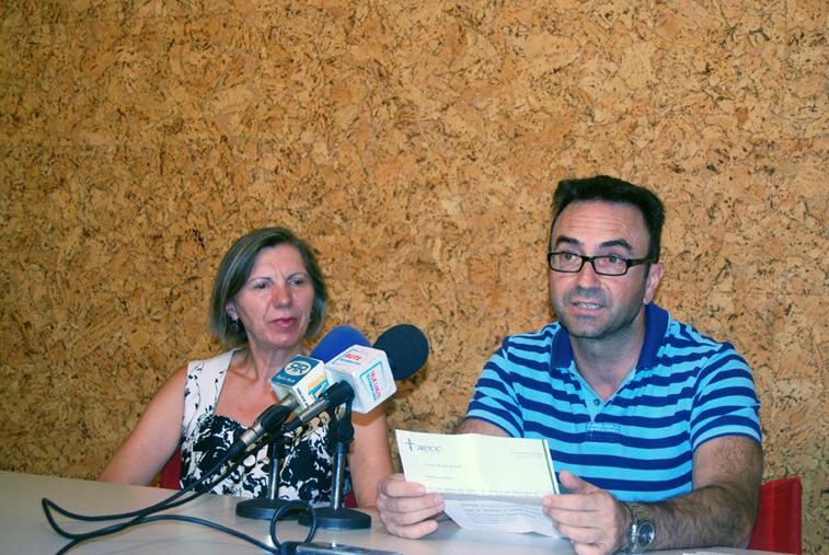 La presidenta de la Junta Local de la AECC, Juana Serrano y el coordinador del Club de Jóvenes para la Salud, Juan de Dios Pérez en una rueda de prensa