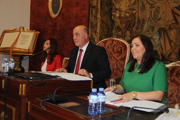 Antonio Ruiz presidiendo la sesión plenaria de la Diputación provincial en la que se ha aprobado el Plan Extraordinario de Inversiones Municipales 2015
