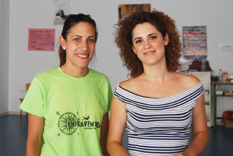 Una de las monitoras, Silvia Rodríguez, junto a la concejala de Juventud, Sandra López
