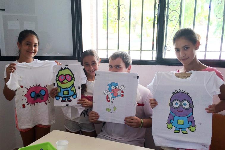Los menores participan en diversos talleres de pintacaras o de elaboración de sus propias camisetas