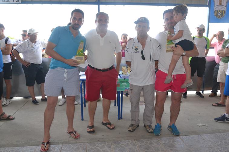 Los hermanos Córdoba, ganadores del campeonato de dominó, con del concejal Antonio Granados y el presidente madridista, Francisco Ramos