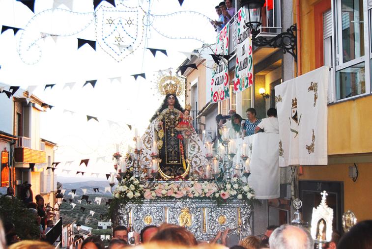 El barrio lució banderines y colgaduras durante el traslado de la Virgen del Carmen desde su ermita hasta la parroquia