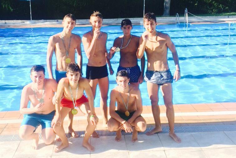 """Los  jóvenes Waterpolis ganan a los """"Mismos del Club"""" en la final del torneo de waterpolo local"""