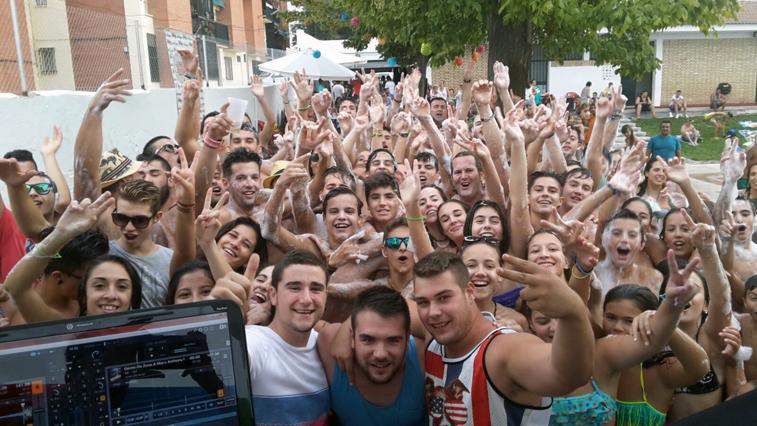 """Los DJ y el numeroso público asistente no dudaron en hacerse el habitual """"selfie"""" para inmortalizar la jornada"""