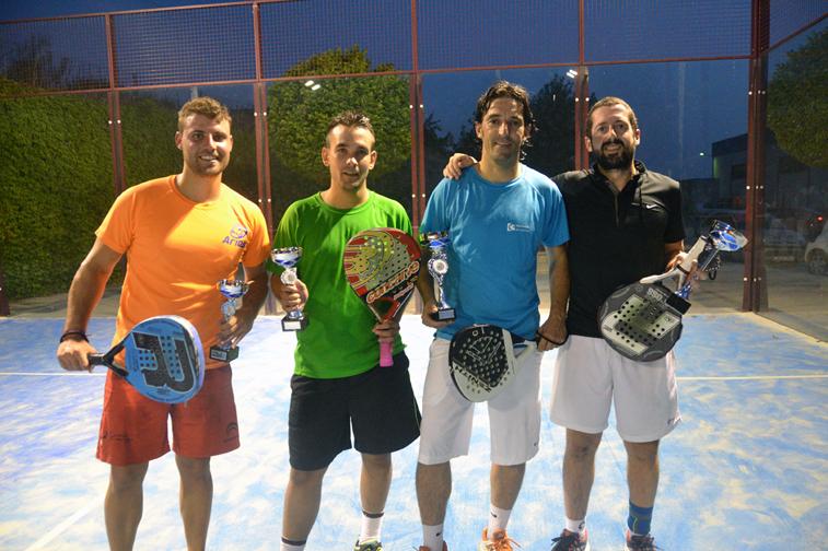 Los protagonistas de la final recogieron los trofeos de manos de los representantes políticos y el presidente de la cofradía