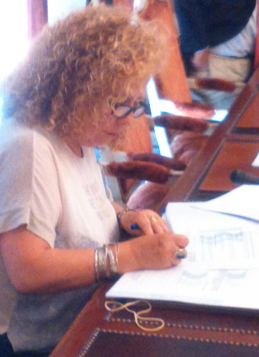 Natividad Leiva, presidenta de Arapades, durante la firma del convenio