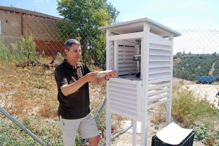 Antonio Navajas consulta cada día los valores en la estación meteorológica situada a las afueras del casco urbano